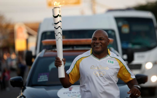 Chester Williams a purtat torta olimpica in Brazilia